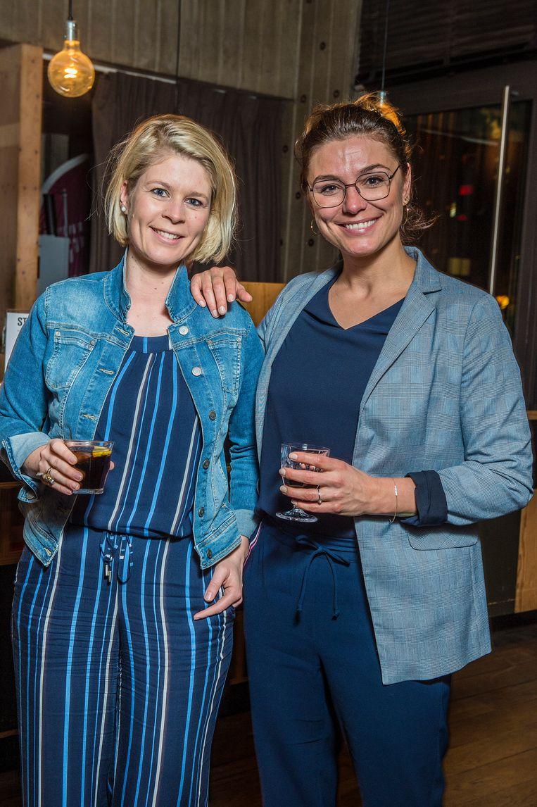 Q-nieuwslezeres Eva Clockaerts en Evi Hanssen.