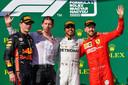 Van links naar rechts: Max Verstappen, James Vowles, Lewis Hamilton en Sebastian Vettel.