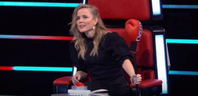 Ilse DeLange met haar bokshandschoen.