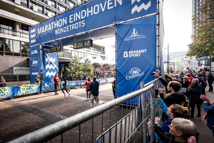 Silas Too komt in Eindhoven als winnaar over de streep.