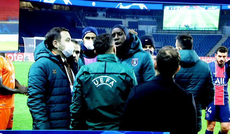 De match werd stilgelegd na een racistisch incident aan de zijlijn. Beeld Photo News
