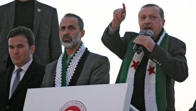 De Turkse premier Recep Erdogan, hier met de leider van de Nationale Coalitie van de Syrische Revolutie.