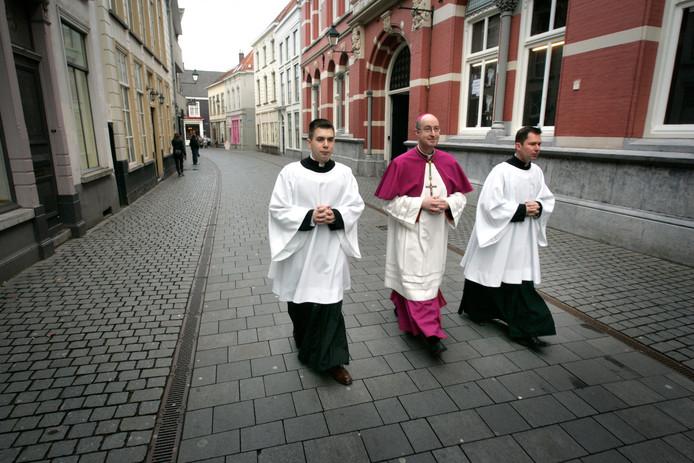 2012- Mgr. Liesen onderweg in de Sint Jan-straat naar de Bredase Antonius Kathedraal waar hij de zetel van het het Bisdom Breda zal 'innemen'.