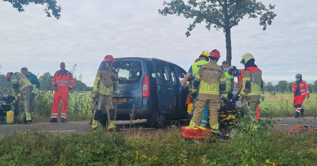 Brandweer bevrijdt inzittenden van auto na ernstig ongeluk in Haaren.