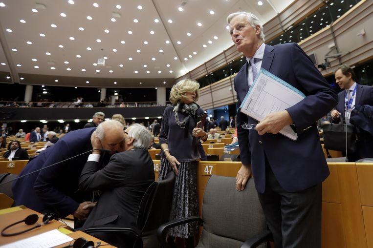 EU-onderhandelaar Michel Barnier (R) en voorzitter van de Europese Commissie Jean-Claude Juncker (M) eerder deze maand in Brussel.  Beeld EPA