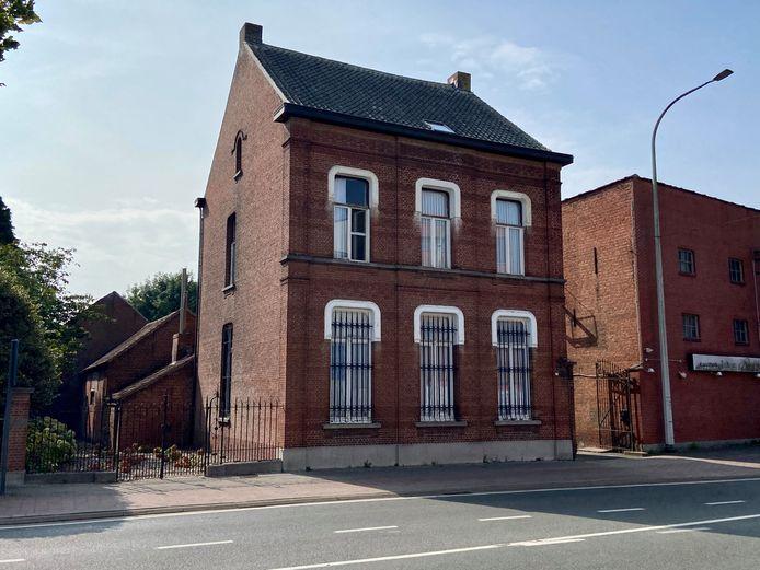 In de schuur van dit huis met een hoeve op de Antwerpsesteenweg werd een oorlogsgranaat gevonden