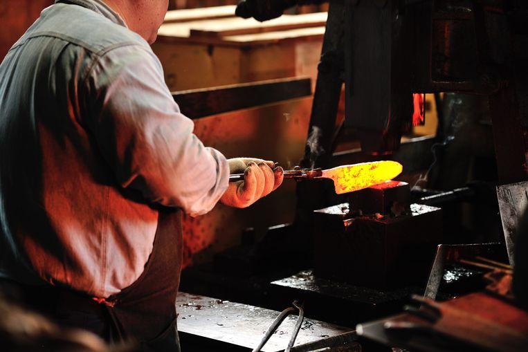 Het fabriekje van Tadafusa in Tsubame-Sanjo is allesbehalve hightech. De oven gaat desalniettemin over de 5.000 graden. Beeld DAVID DE VLEESCHAUWER