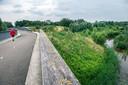 De Assortimentstuin (r) gezien vanaf de fietsroute over de Beeklaan.