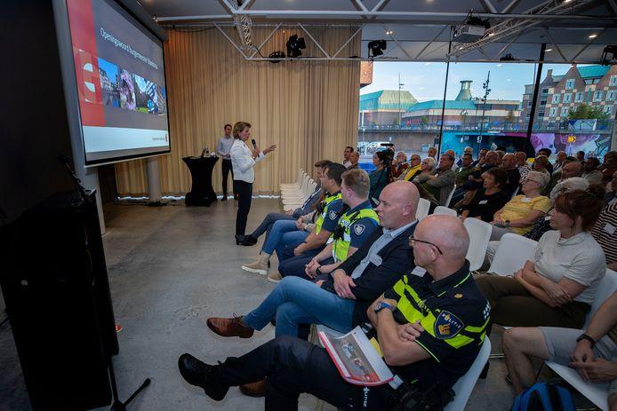 Burgemeester Elly Blanksma aan het woord tijdens een discussie- en bijpraatavond over buurtpreventie in Helmond.