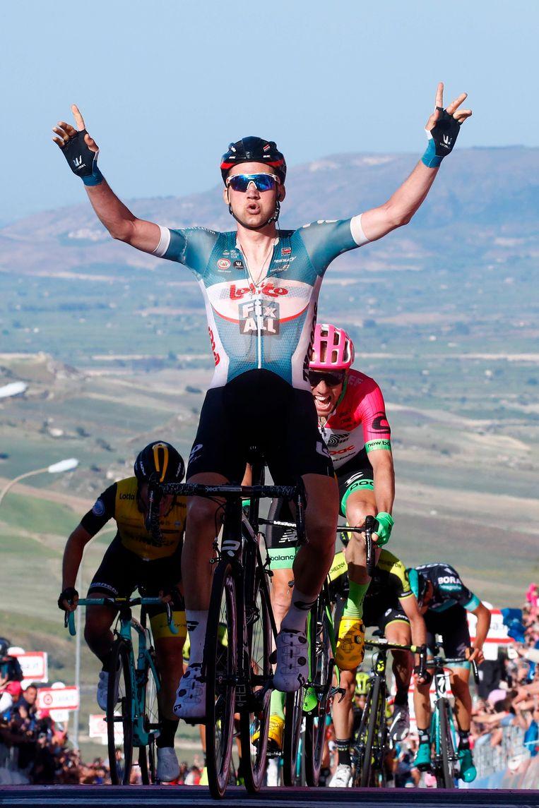 Na een pittige sprint bergop mag Tim Wellens juichen in het Siciliaanse dorpje Caltagirone. Beeld AFP