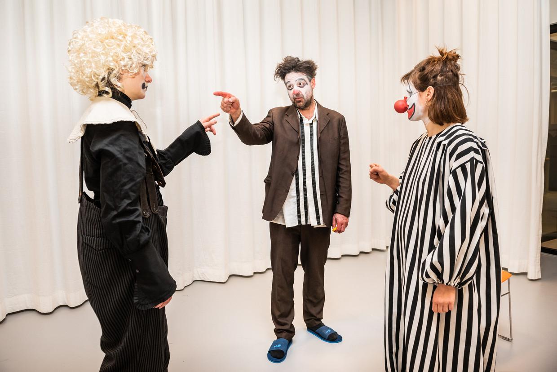 Acteursgroep Wunderbaum werkt aan haar nieuwe productie The Clowns Convention. Vanaf links: Maartje remmers, Walter Bart en Pina Bergemann.  Beeld Simon Lenskens