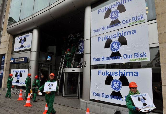 Greenpeace protesteert aan Brussels gebouw van General Electric