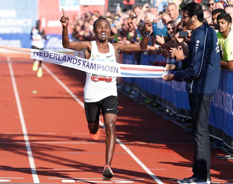 Abdi Nageeye viert zijn overwinning op her NK matathon tijdens de Amsterdam Marathon 2017. Beeld ANP