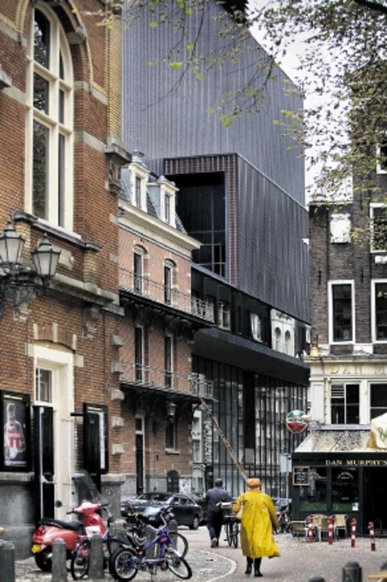 Links: De nieuwe Rabozaal in de Amsterdamse Stadsschouwburg, gezien vanaf de tribune. Nu staat er een speciale opstelling voor het stuk ¿Rocco en zijn broers¿, waarbij vier tribunes op het toneel geplaatst zijn rondom een boksring. Rechts: Aanbouw van de Stadsschouwburg richting de Melkweg, gezien vanaf het Leidseplein. (FOTO'S WERRY CRONE, TROUW) Beeld