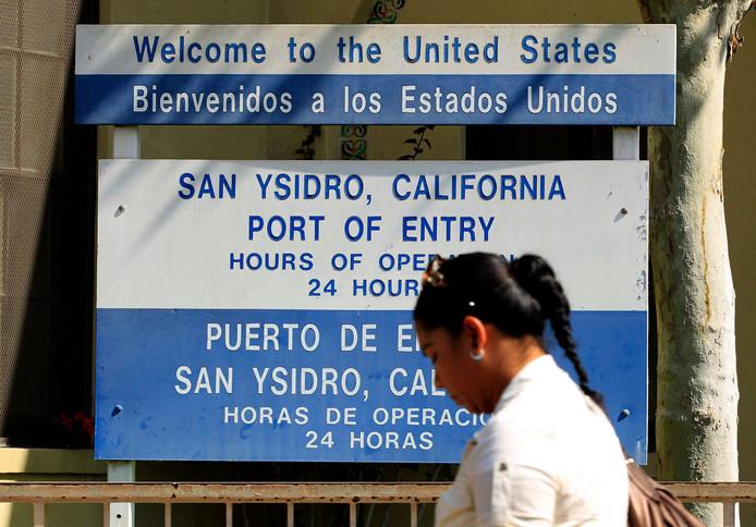 Met jaarlijks ruim 13 miljoen auto's, 24 rijen verkeer en 18.000 voetgangers is de grenspost San Ysidro de drukste landgrensovergang van de VS. Honderden douane- en grensbewakingsfunctionarissen gebruiken geavanceerde technologie voor het uitvoeren van risicobeheer.