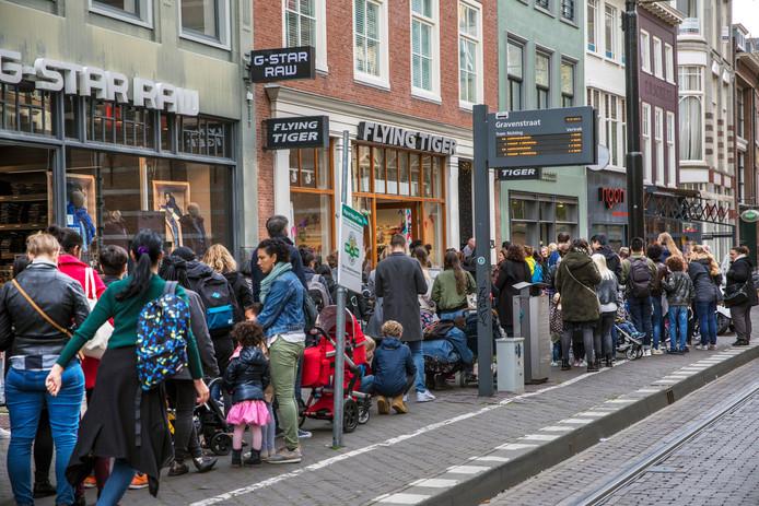 Shoppers Worden Spontaan Vrienden In Urenlange Wachtrij Bij Flying