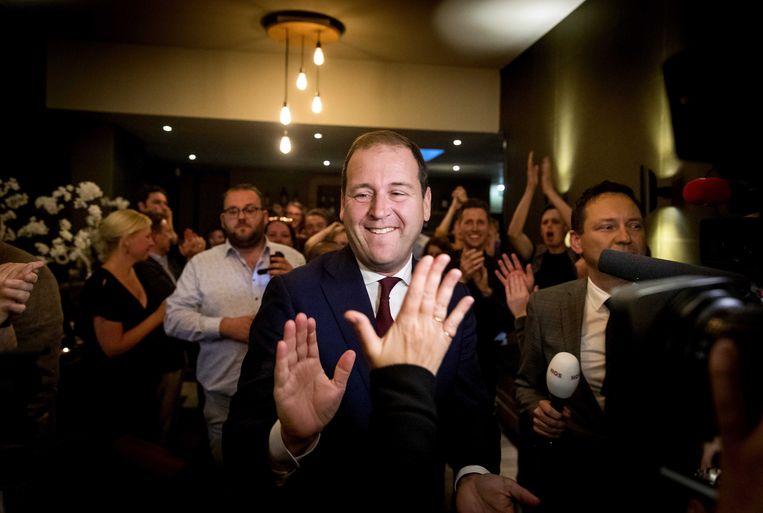 PvdA-partijleider Lodewijk Asscher neemt felicitaties in ontvangst na het bekendworden van de exitpoll. Beeld ANP