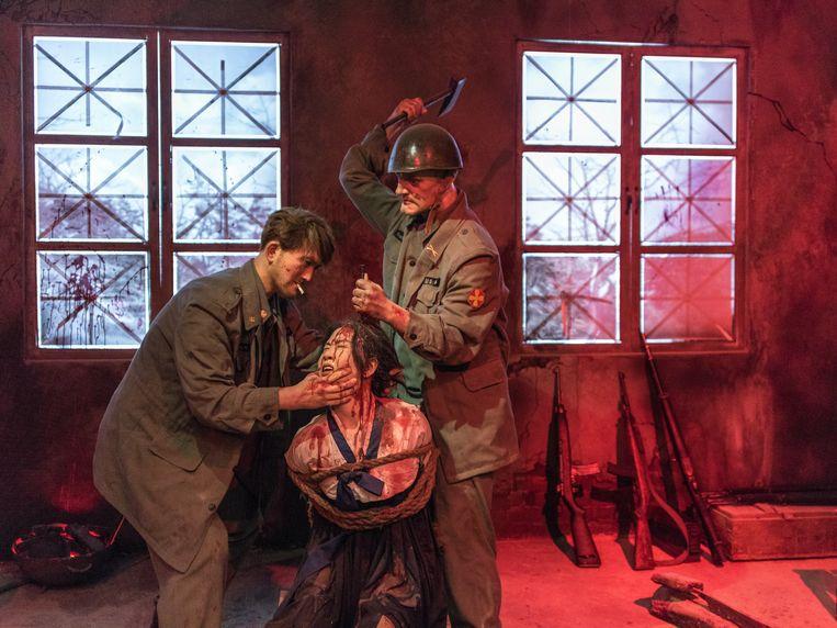 Beeld in een museum over oorlogsmisdaden in Sinchon. Twee Amerikanen kloppen een spijker in het hoofd van een vrouw tijdens de Koreaanse oorlog.  Beeld rv