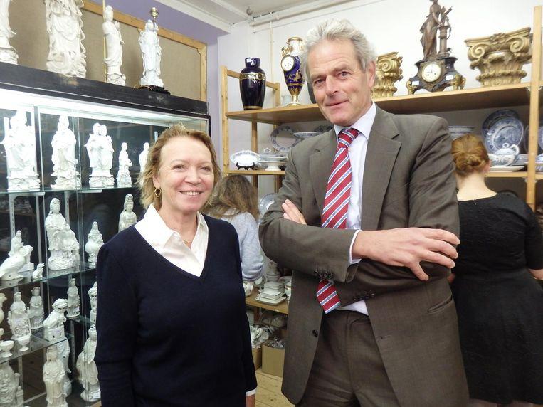 Oud-minister Winnie Sorgdrager: 'Mooi, maar ik ga niks kopen.' Notaris Hans Borren: 'Ik mag niks kopen, maar ik kan wel tegen mijn vrouw zeggen: mooi servies' Beeld Hans van der Beek