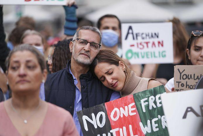 Demonstranten op de Dam tijdens een manifestatie Elke Afghaan recht op een veilig bestaan.