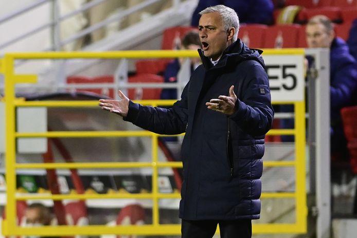 José Mourinho windt zich op tijdens het duel in Antwerpen.