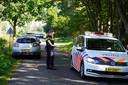 De politie doet onderzoek rondom de visvijver waar het lichaam is gevonden.