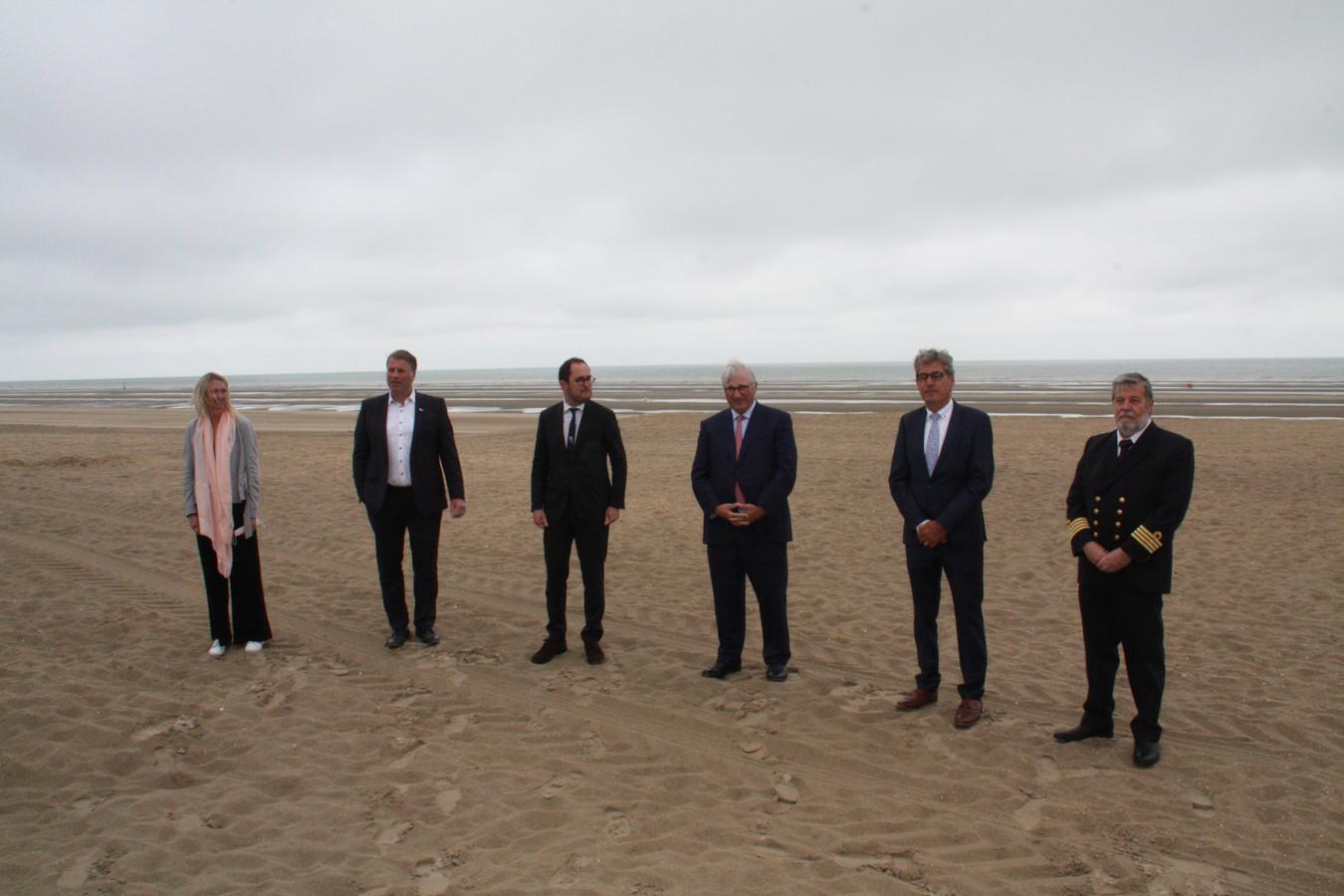 Kabinetsmedewerker Kim Meeus, burgemeester van De Panne Bram Degrieck, minister Vincent Van Quickenborne, burgemeesters van Koksijde en Nieuwpoort Marc Vanden Bussche en Geert Vanden Broucke en havenkapitein Mario Calbert.