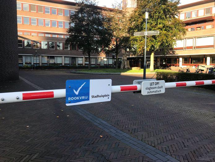 Met bordjes wordt duidelijk gemaakt dat er op het Stadhuisplein niet meer gerookt mag worden.