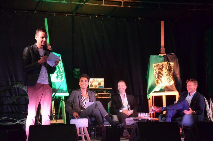 Inhuldiging Wesley Sonck en Kevin Van der Perren als ereburgers van Ninove. Tim Asselman schreef een liedje voor de twee.