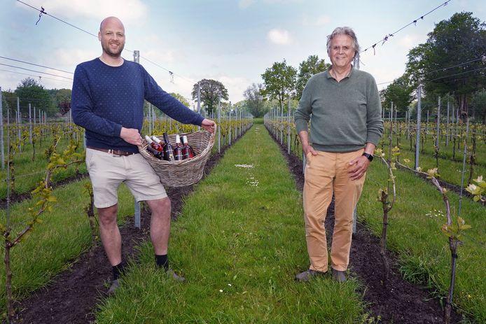 Vader Ties (r.) met zoon Roelof van Dijk in hun wijngaard.