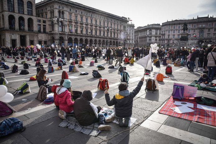 Een manifestatie zaterdag in Milaan tegen de sluiting van de scholen en de kinderopvang in de regio Lombardije, nu die als een rode zone wordt bestempeld.