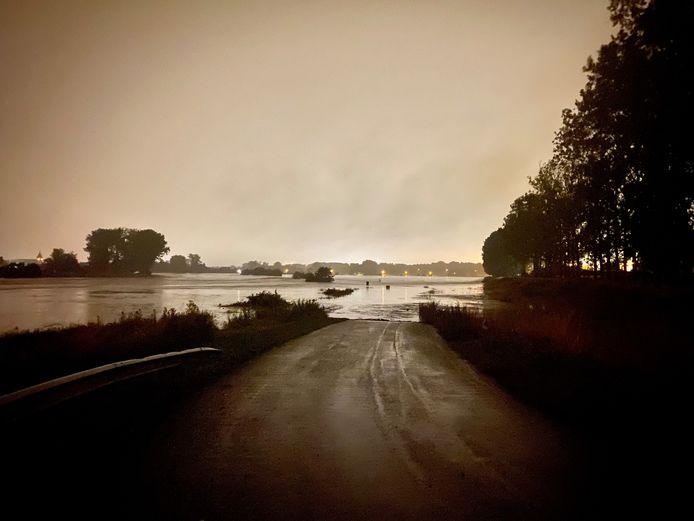 Deze weg leidt normaal naar de standplaats van Kajak Maasland, maar alles werd opgeslokt door het water.
