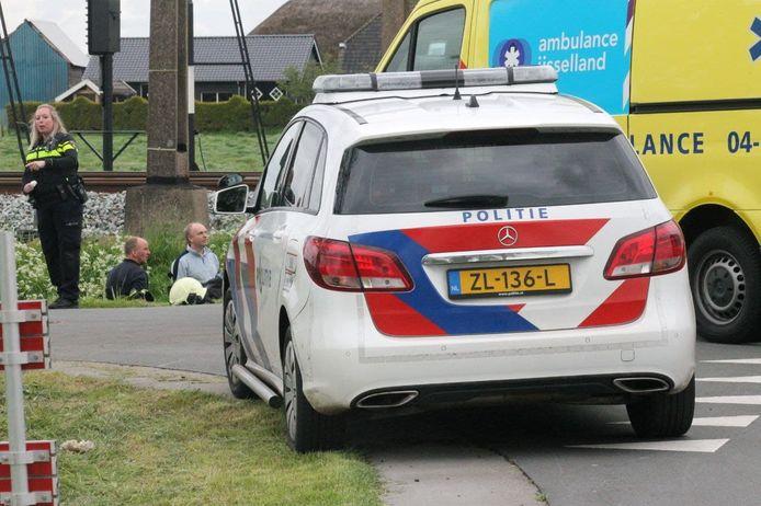 Een wielrenner raakte donderdagavond gewond in Staphorst na een botsing met een auto.