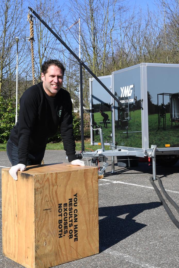 De mobiele buitengym op de parkeerplaats van zwembad Wolfslaar. Een aanhangwagen omtoveren tot een complete buitengym. Het project van Dirk Jansens.