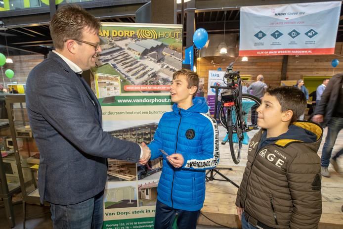 Damien van der Zwan (14) (m) en Luka Miltic (13) leggen contact met Henk Arie Schra van van Dorp Hout