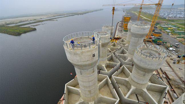 Départ de Zeebruges des 12 fondations du futur parc d'éoliennes en mer du Nord