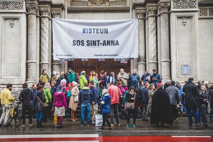SOS Sint-Anna bij één van hun acties aan de Sint-Annakerk in Gent
