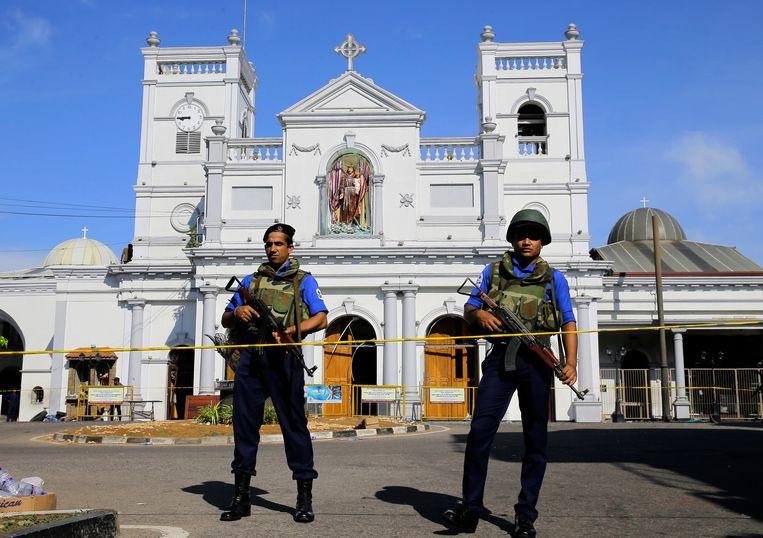 Soldaten bewaken een kerk in Colombo.