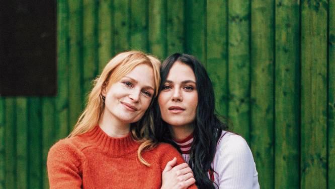 """Actrices Clara Cleymans en Charlotte Timmers zijn elkaars tegenpolen én hartsvriendinnen: """"We hebben al ons liefdesverdriet gedeeld"""""""
