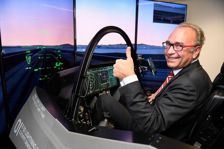 Asco-topman Christian Boas in een vluchtsimulator van het F-35 gevechtsvliegtuig.  Beeld BELGA