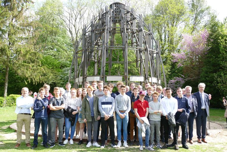 De VTI-leerlingen, leerkrachten en directie voor het kunstwerk in Peutie.