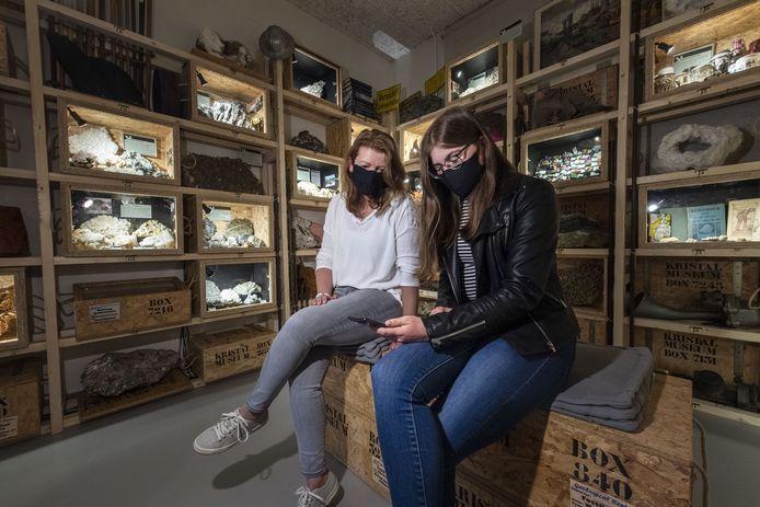 Renate Schinkel en Kim Schäperclaus (rechts) in de nieuwe Verhalenkamer waar via mobieltje informatie wordt gegeven over de attributen in de ruimte.