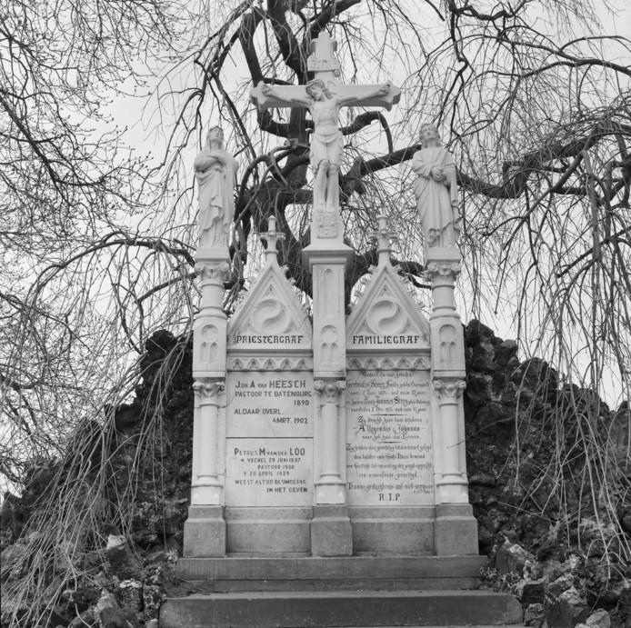 Foto van de Calvarieberg, al met de 'vervangende' gedenkplaat voor het priestergraf. Een foto die vermoedelijk in de jaren '30 of '40 is genomen. Het lettertype wijkt af van die op het familiegraf.