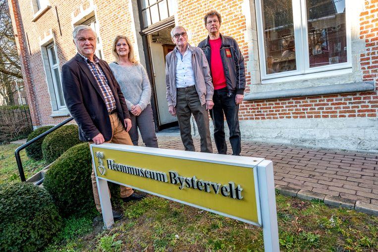 Van links naar rechts: burgemeester Rob Mennes (CD&V), schepen van Cultuur Vera Goris (CD&V), Gaston Samijn en Rik De Bondt van de heemkring.