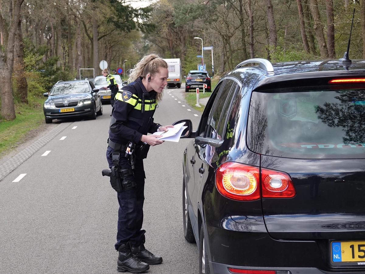De politie bevraagt passanten vlakbij de camping in de gemeente Hardenberg of ze een verdachte man hebben gezien. Aanleiding is een mogelijke zedenzaak.