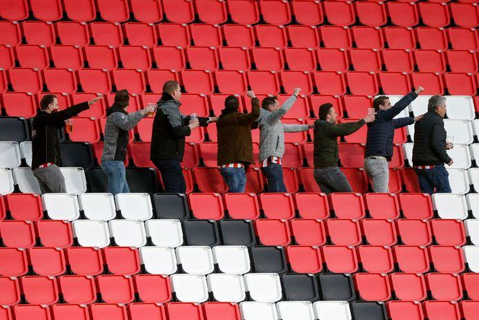 Een klein deel van het PSV-publiek liep zaterdag de polonaise in Eindhoven.