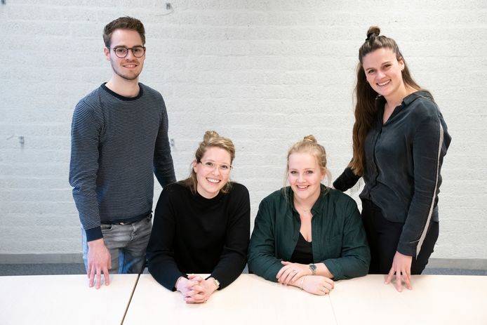 De vier pabo-studenten Dave Spierings, Annebel Neppelenbroek, Katja Corsten en Rosanne Schippers (vlnr) kiezen vol overtuiging voor het vak van leraar.