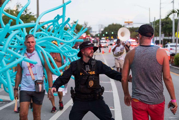De politie houdt mensen tegen na het ongeval. Beeld AFP