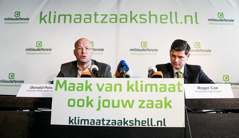 Directeur Donald Pols van Milieudefensie en advocaat Roger Cox kondigen in 2018 hun klimaatrechtszaak tegen Shell aan. Beeld ANP