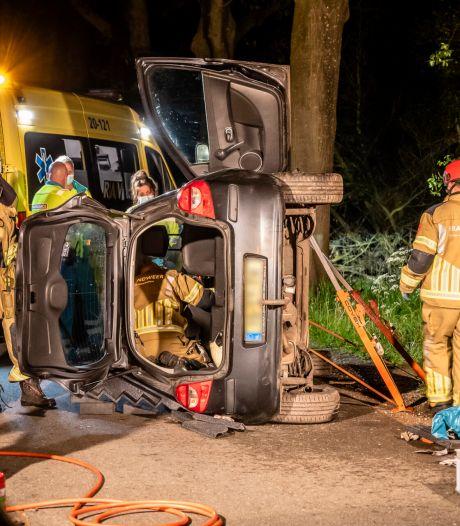 Vrouw raakt bekneld in auto na botsing tegen boom